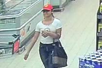Ženu podezřelou z krádeže zachytily bezpečnostní kamery obchodu.