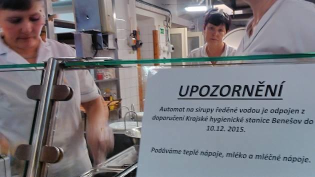 Upozornění ve školní jídelně v Jiráskově ulici.