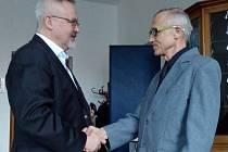 Bývalý ředitel Muzea umění a designu Benešov Tomáš Fassati na tiskovce radnice. K 65. narozeninám mu tam pogratuloval a za práci poděkoval starosta Benešova Petr Hostek (vlevo).