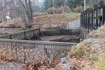 Rokování o dalším postupu při vypouštění Konopišťského rybníka, se konalo na jeho hrázi.