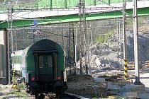 Místo činu je zhruba 100 metrů od silničního mostu k Beztahovu na jižním zhlaví votického nádraží.