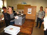 Sčítání volebních lístků v Týnci nad Sázavou ve volebním okrsku č.9.