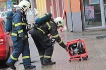 Ve čtvrtek 2. dubna čtvrt hodiny před polednem byl zpozorovaný kouř ve třetím patře bytového domu v Dukelské ulici. Hasiči museli po likvidaci ohně celý dům odvětrat.