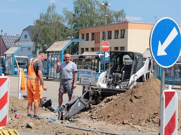 Oprava havárie vodovodu ztěžuje dopravní situaci na nádraží v Benešově.