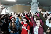Studenti Střední odborné a Střední zdravotnické školy v Černoleské si připomněli, jak se žilo vČeskoslovensku před rokem 1989.