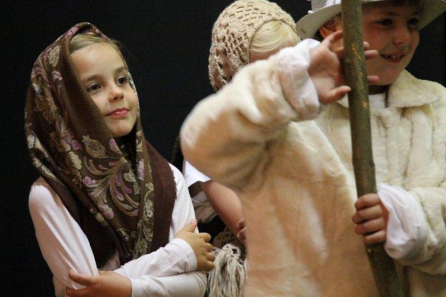 Den matek oslavily děti z louňovické školy při besídce.