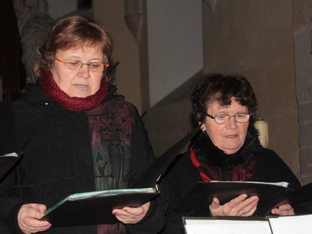 Bezmála hodinu trval Tříkrálový koncert v kostele v Kozmicích, na kterém vystoupil již potřetí Pěvecký sbor benešovských učitelek.