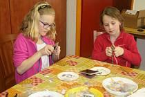 Děti vyráběly v Domě dětí  mládeže Benešov šperky zeloxovaných kroužků.