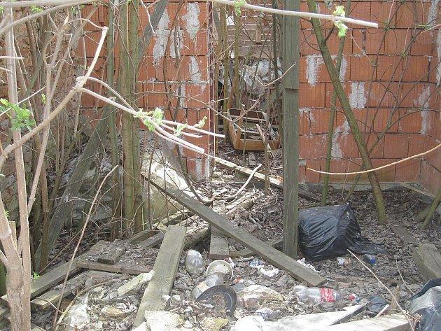 ŽALOSTNÝ je stav jednoho z domu v centru Chocerad.