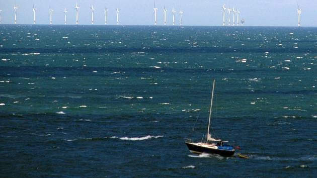 Větrný park v Severním moři je z pobřeží severovýchodní Anglie vidět na obzoru pouze za ideálního počasí.