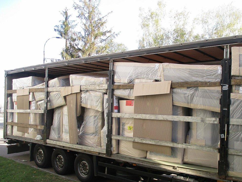 Zadržení migrantů z Alžírska v areálu celnice v Benešově.