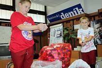 Dva pytle píček od PET lahví doručili do redakce Benešovsko deníku bratři Pravoslav a Ivo Novákovi.