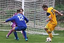 Divišovský Marek Hanuš (ve žlutém) si v obranou Týnce dělal dobrý den (obchází Filipa Koptu) a do sítě brankáře Lukáše Koukola nasázel tři góly.