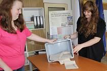 Volby do Evropského parlamentu - otevření volební schránky v Ratměřicích.