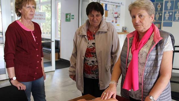 Ženy z Benkonu při akci Ostře sledovaná prsa. V právo je předsedkyně organizace Jana Randulová.