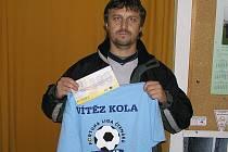 Tomáš Růžek z Mladovic se radoval z výhry v 10. kole, když trefil přesný výsledek hlavního zápasu, a proto získal stokorunovou poukázku od sázkové kanceláře Fortuna a tričko.