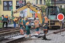 Práce na trati poblíž týneckého přejezdu.