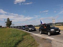 Protest proti Andreji Babišovi v době jeho svatby na Čapím hnízdě.