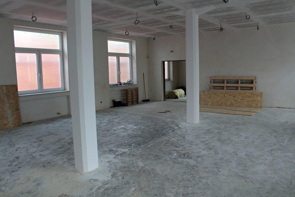 Z přestavby budovy bývalé továrny na komunitní centrum Charity Vlašim.