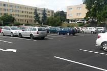 Místo staré hematologie nové parkoviště. Tak dnes vypadá prostor pod ředitelstvím benešovské nemocnice.