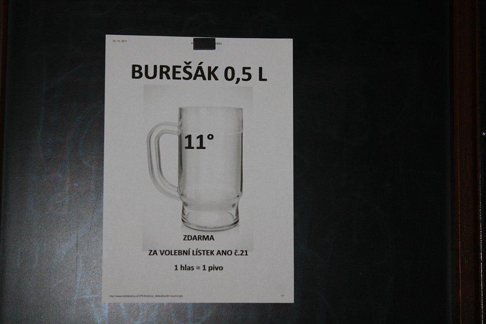 V domašínské hospůdce rozhodnutým voličům dávají pivo zdarma.