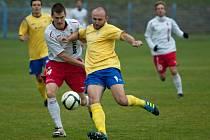 Benešovský Luboš Braný (ve žlutém) brání míč před dotírajícím kapitánem Táborska Janem Stoszkem.
