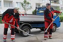 Úklid štěrku v Jiráskově ulici předznamenává její opravu.