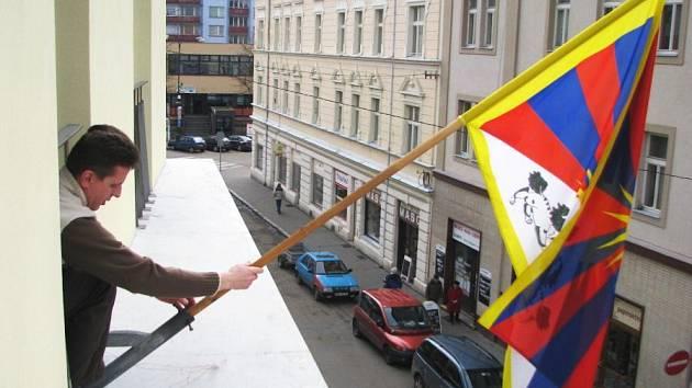 Především na radnicích, ale také na školách či kostelech zavlála vlajka svobodného Tibetu.