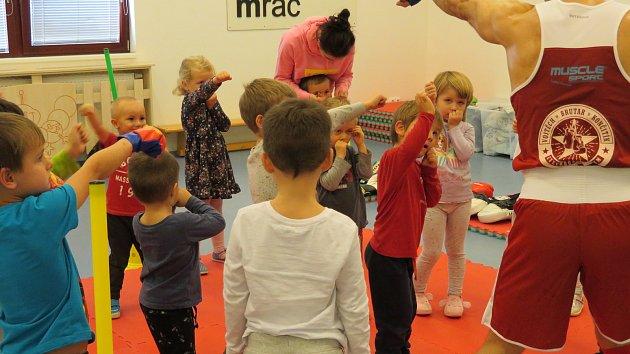 Děti se školky MiniSvět se setkaly s profesionálním boxerem