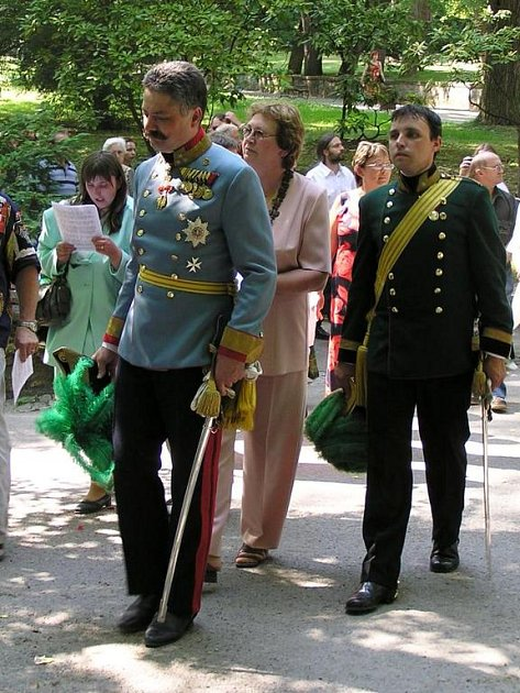 Arcivévoda František (v popředí),  respektive jeho představitel, při znovuobnovené tradici Božího těla loni v červnu