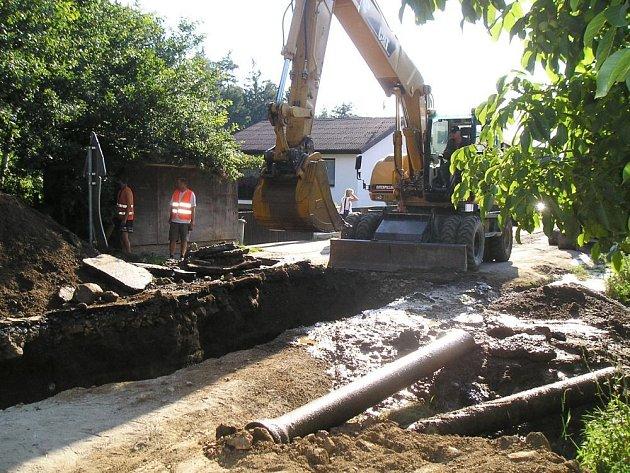 Havárie vodovodu v Peceradech na konci srpna. Opravené litinové vedení vydrželo přesně  dva  měsíce