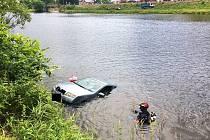 Škodu Fabii z Vltavy vyprostili policejní potápěčí a hasiči.