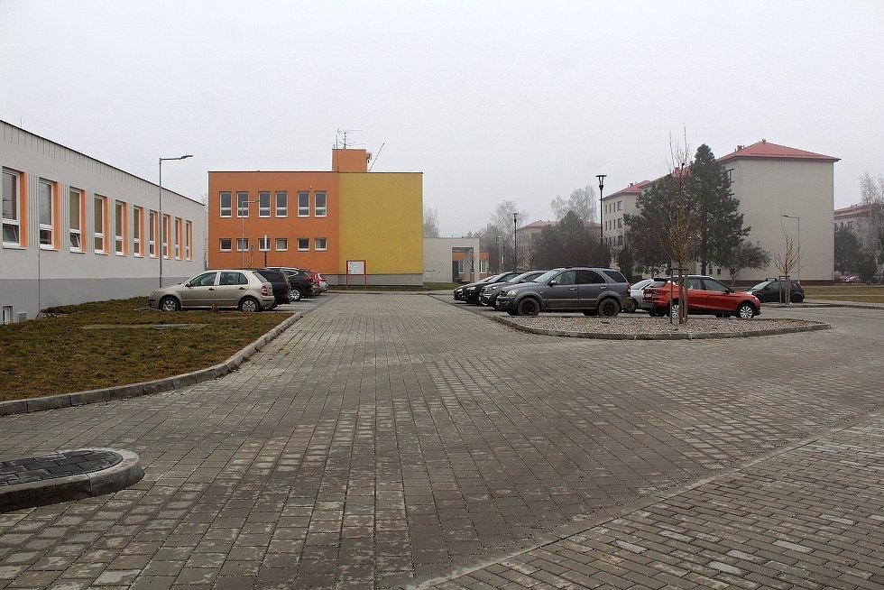 Úterý 2. března 2021. Parkoviště u ZŠ Týnec nad Sázavou.