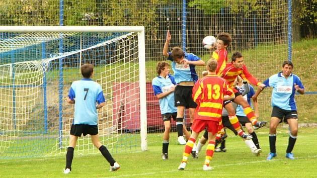 Votický Homolka (nejvýše) v 87. minutě vstřelil do sítě Sedlce–Prčice jediný gól okresního derby. Při výskoku mu dobře sekundoval spoluhráč Jantač. Hosté většinou jen přihlíželi
