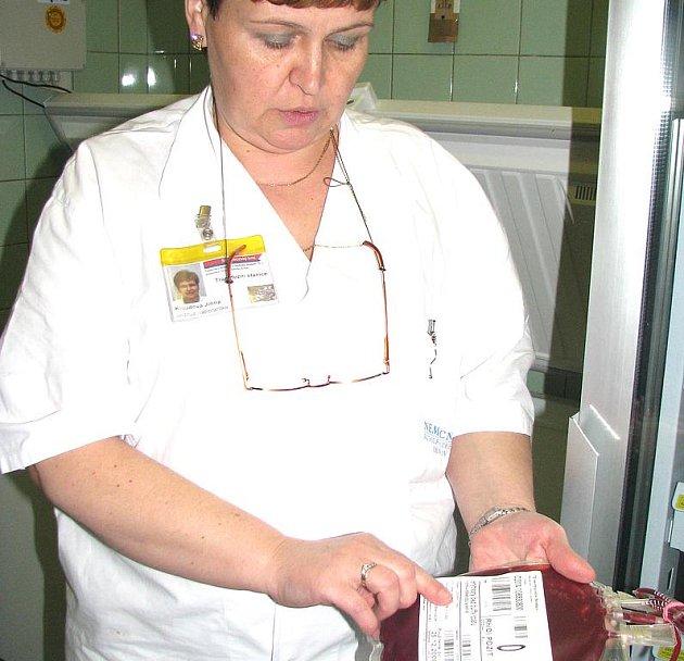 V letních měsících čerpají lidé dovolené, proto mají v nemocnici menší zásoby krve. Na snímku laborantka kontroluje údaje o jednom z odběrů.