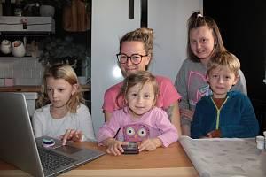Jaroslava Kaprálek s dětmi. Zleva Lilly, Meda, Ema a Oliver.