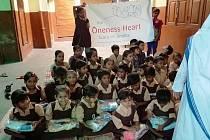 Děti z Indie dostaly dárky od dětí z Čech.