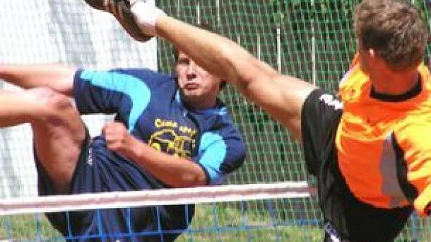 Čakovický Jakub Mrákava (vlevo) se v extraligovém zápase snažil prostřelit blok šacungského Jiřího Doubravy