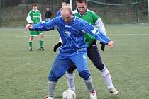 Týnecký Jan Dvořák (v modrém) si kryje míč před dotírajícím Pavlem Budilem z Kondrace.