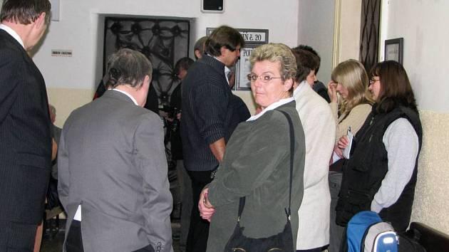 U okresního soudu je dnes živo. Projednává se loňská stážka vlaků v Čerčanech