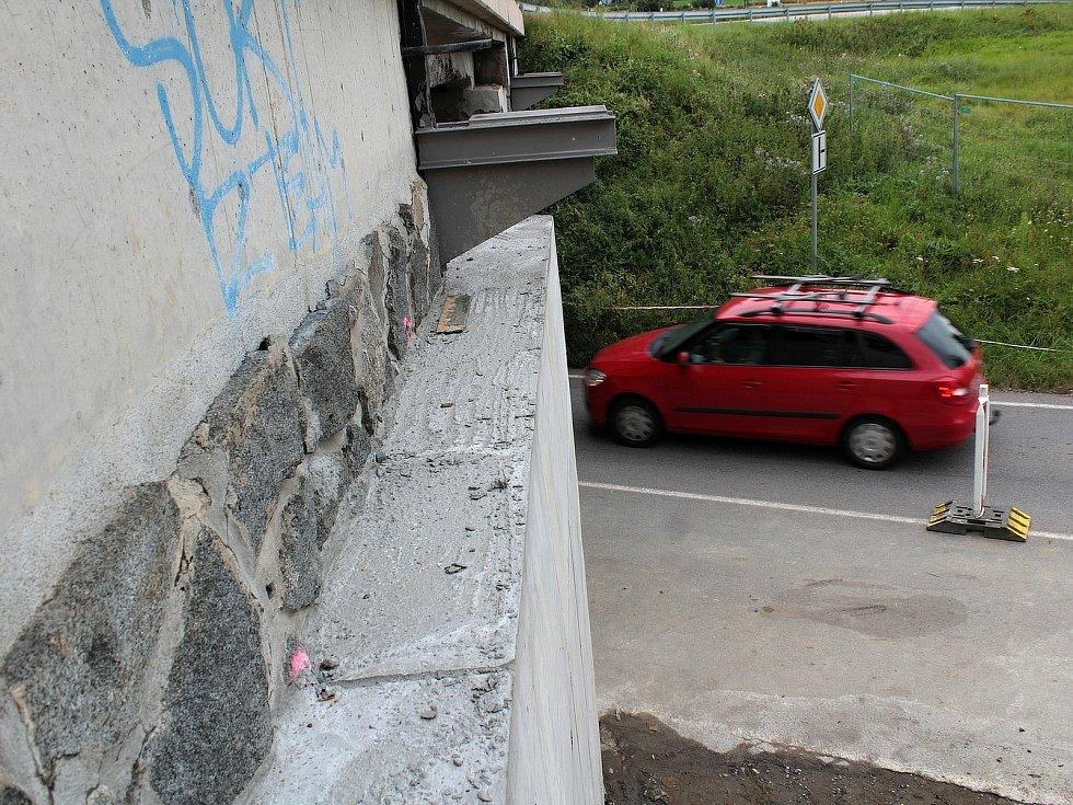 Z opravy mostu na silnici I/3 v Máchově ulici v Benešově.
