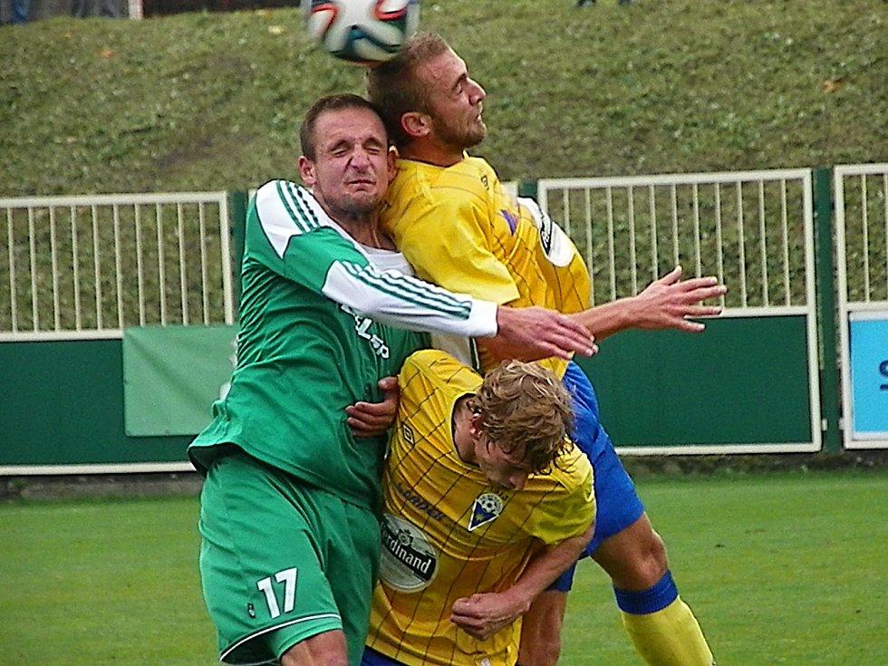 V hlavičkovém souboji se střetli domácí Ludvík (č. 17) se střelcem gólu, benešovským Markem Hlinkou, dole Jan Žák.