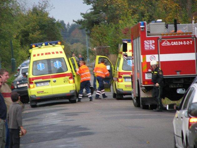 Čelní střet Škody Felicie combi a Opelu v Chrástu nad Sázavou blokoval silnici II/106.