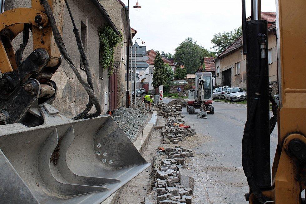 Rekonstrukce chodníku ve Vožické ulici v Načeradci.