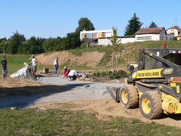 V prostoru, který byl v minulosti využíván jako skládka stavebního odpadu a parkoviště kamionů, vzniká zelený park s klidovou zónou
