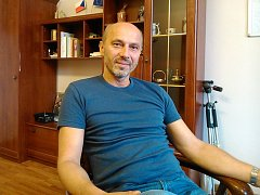 Tomáš Podhola v kanceláři místostarosty Benešova.