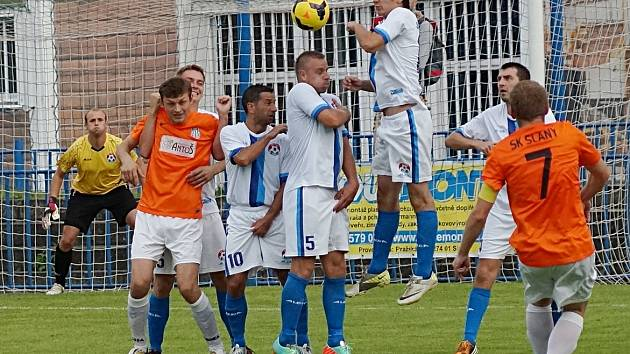Kapitán Slaného Libor Volf (č. 7) sice přestřelil votickou zeď, ale gól vstřelil z jiné situace.