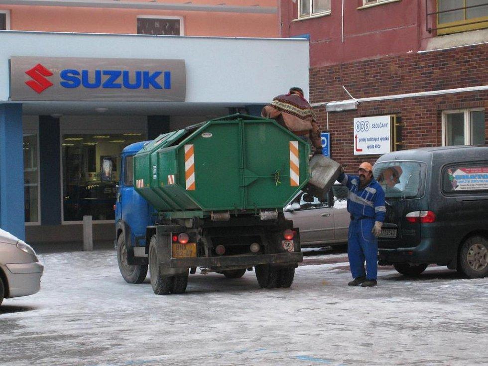 Místo nízkého vozidla jezdí při sběru odpadu z košů po Benešově kontejnerová Avie