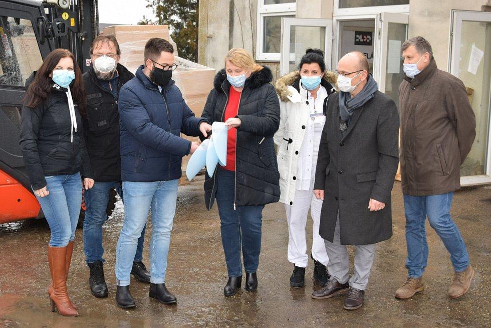Společnost Lidl darovala z vlastních zásob dvěma středočeským nemocnicím deset tisíc ochranných štítů v hodnotě 1,1 milionu korun.