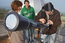 Vlašimští hvězdáři při pozorování zatmění Slunce.